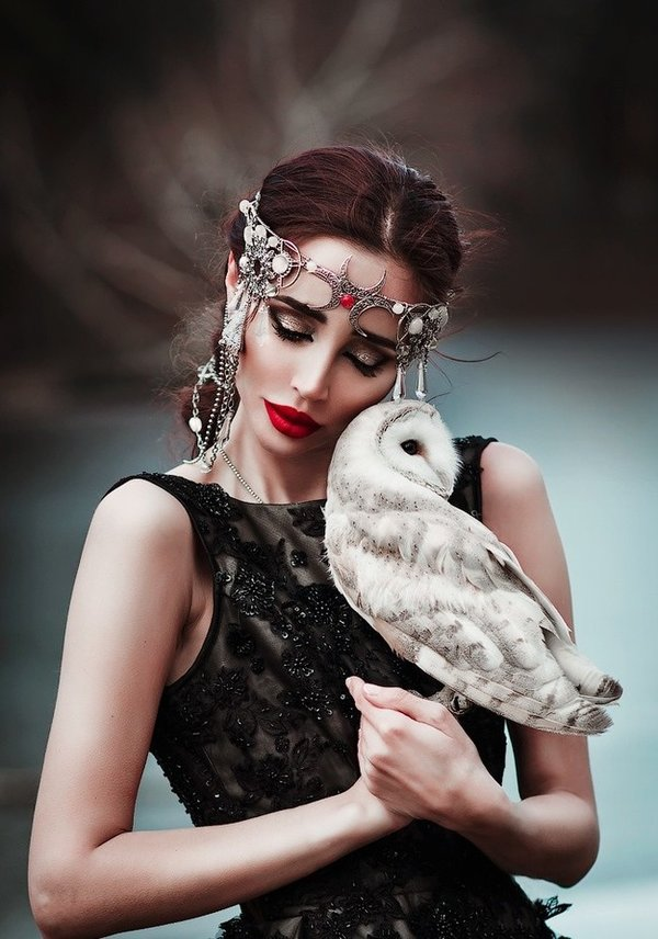 Девушки с птицами