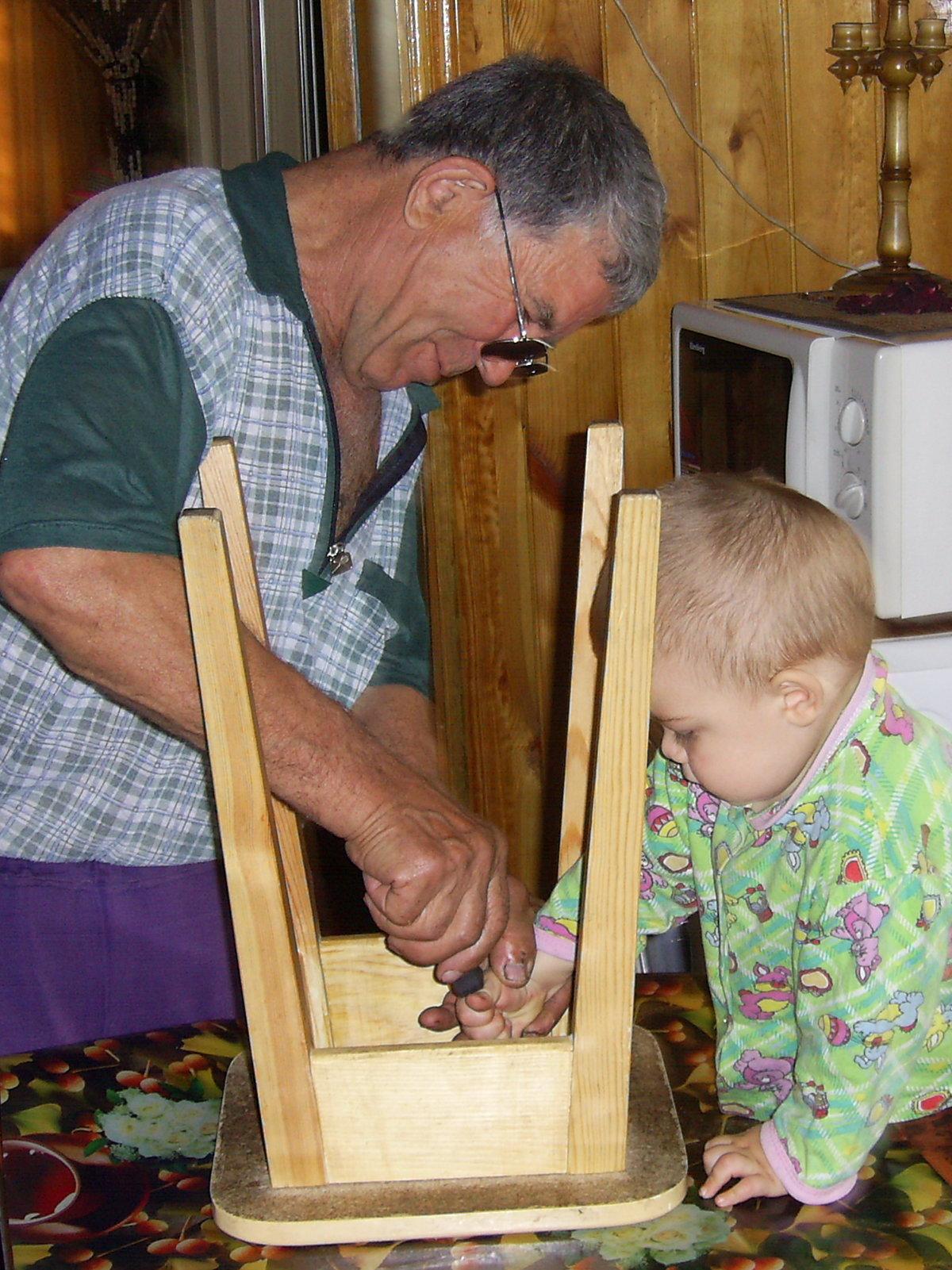 этого картинка папа чинит стул каждой