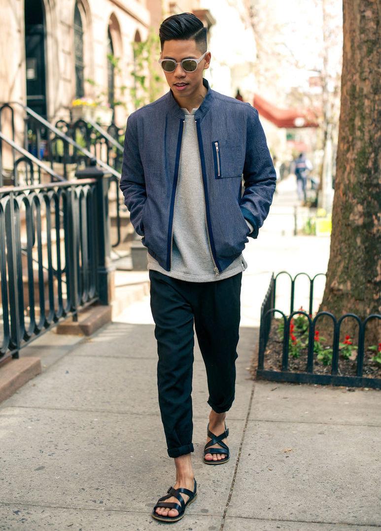 Взрослые фотография мужчины в черных босоножках прогулки нагишом