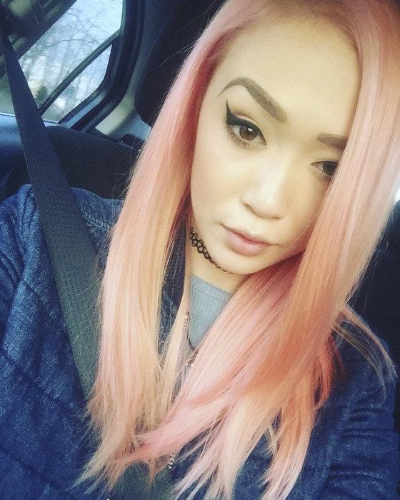 blondinka-ochen-gluboko-ero-popka-v-trusikah