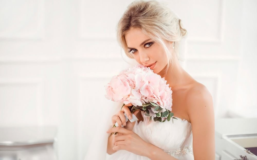blondinki-v-svadebnih-platyah-foto