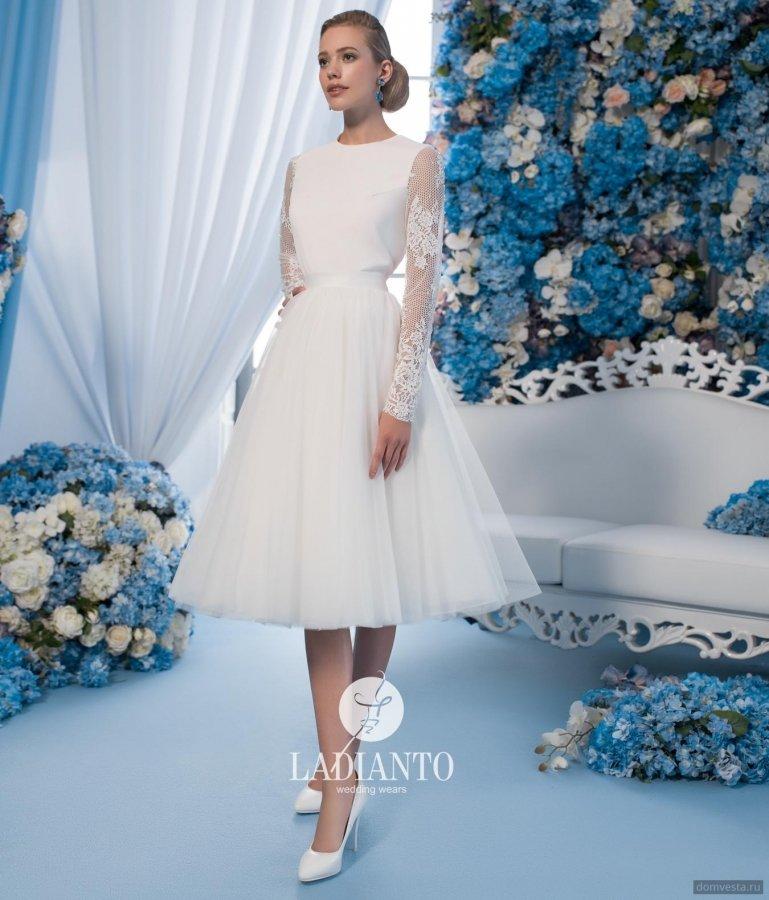 25f204a71e147da Оригинальная Яркое короткое свадебное платье с закрытым верхом. Изящный  корсет дополнен длинными кружевными рукавами. Оригинальная