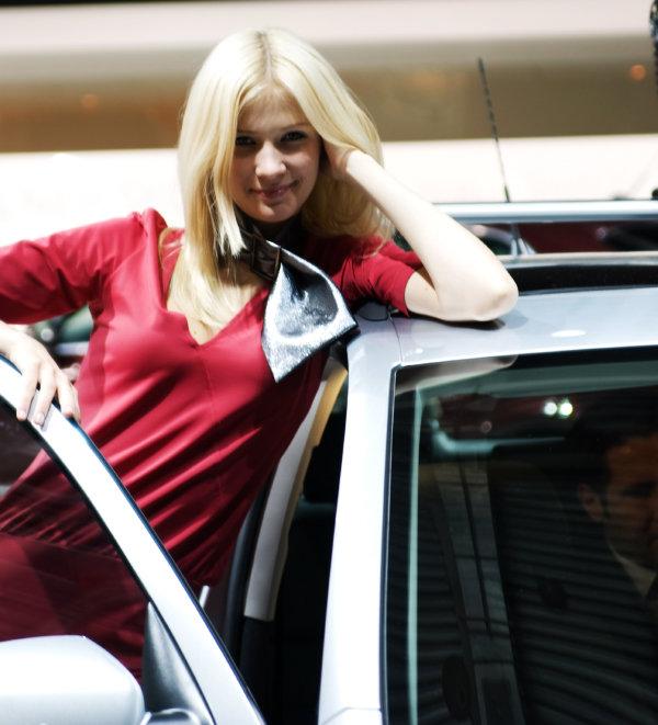 Лижет сиськи девушка на машине красотка красивой попой эротика