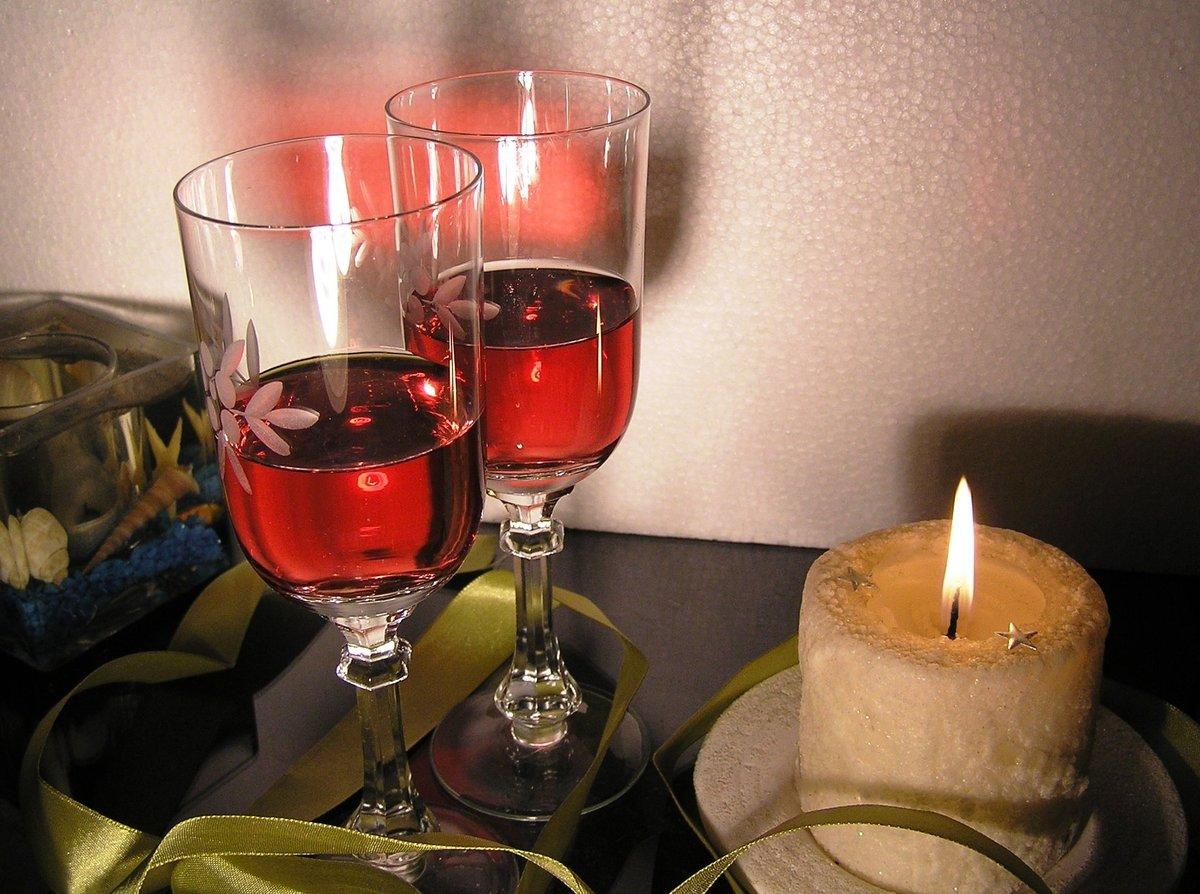 Картинки с вином и бокалами и столом