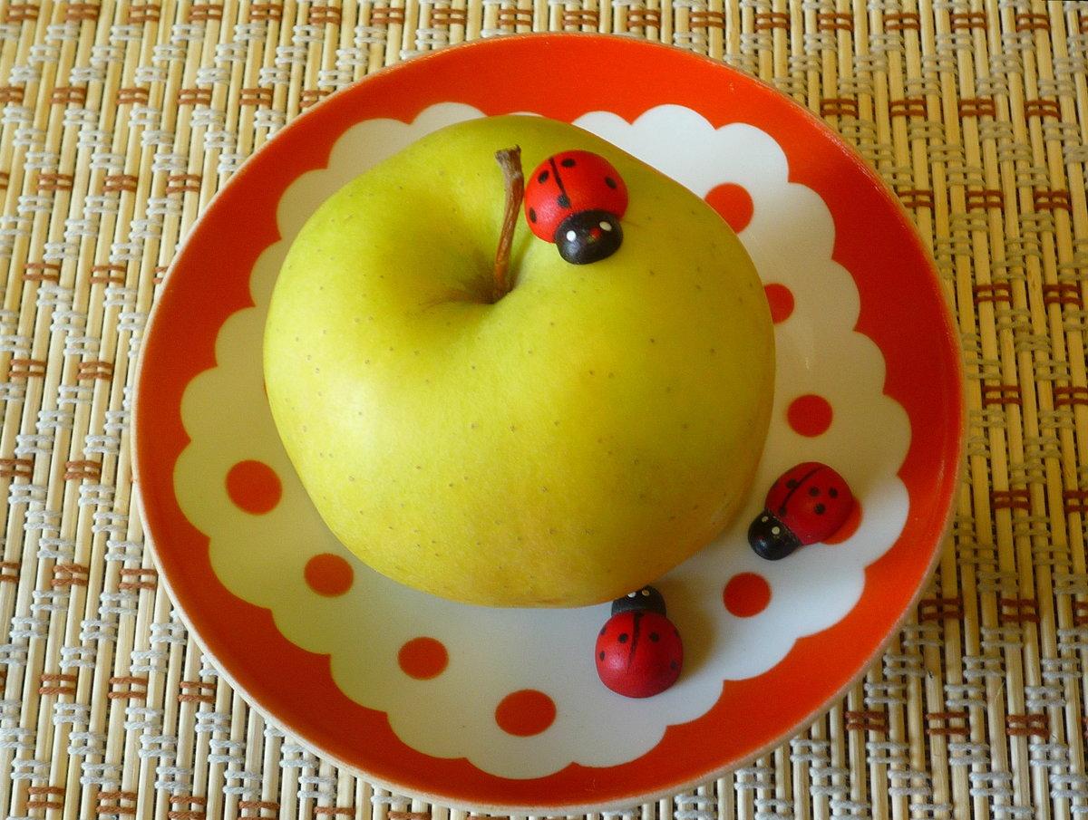 Тарелка с яблоками в картинках