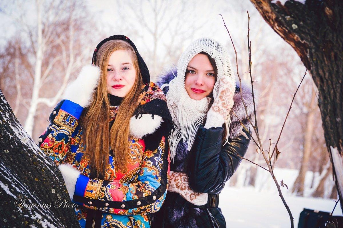 для позы для зимней фотосессии с подругой по-маленьку