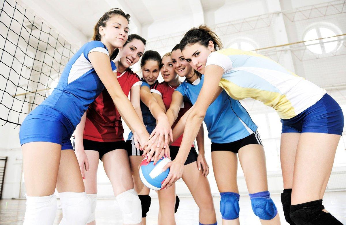 Телка на волейболе, Девчонки устроили обнаженный волейбол на пляже 15 фотография