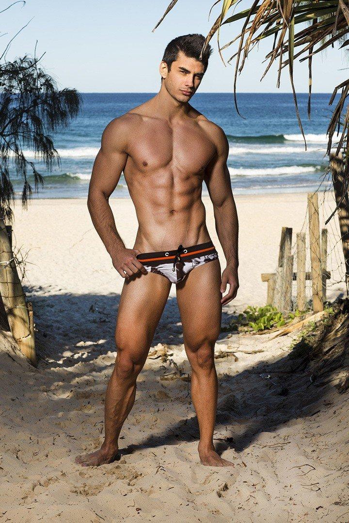 фото парни на пляже сняли плавки нет искренних отношений