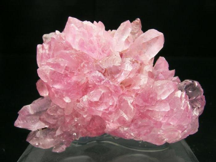 Розовый кварц. Имеет красивый молочно-розовый оттенок. Сохраняет красоту и молодость, успокаивает, снимает нервное напряжение. Хорошо носить беременным женщинам. Помогает в выздоровлении при гинекологических болезнях