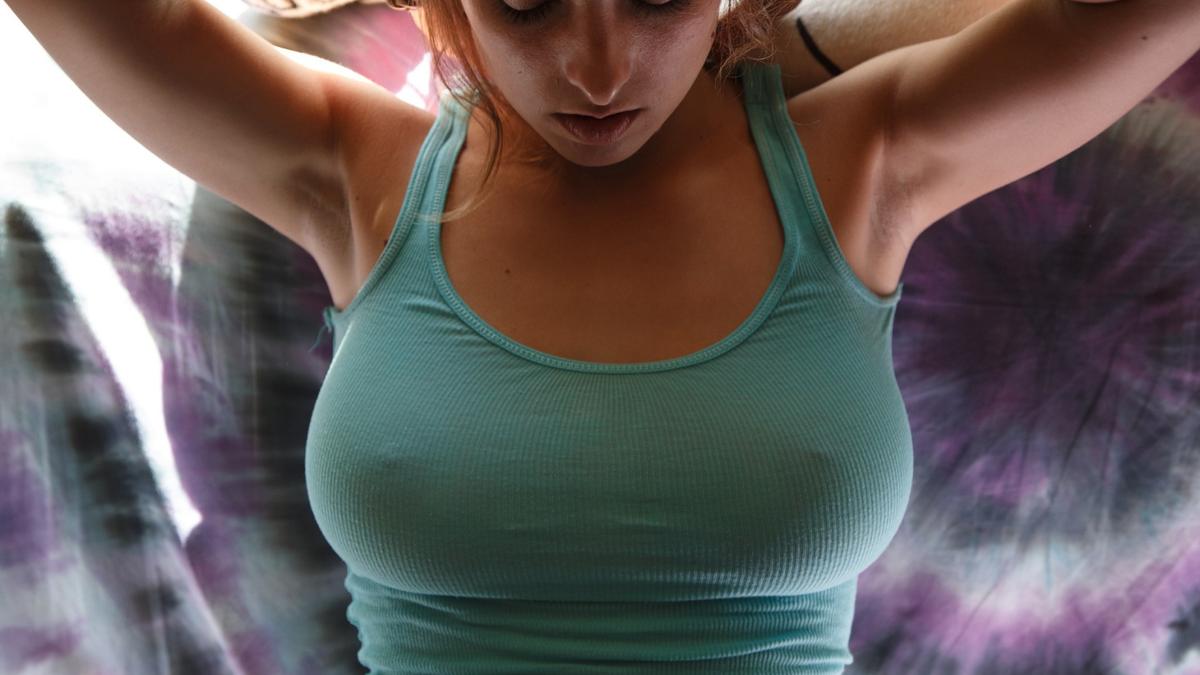Смотреть фото женских сосков сквозь одежду