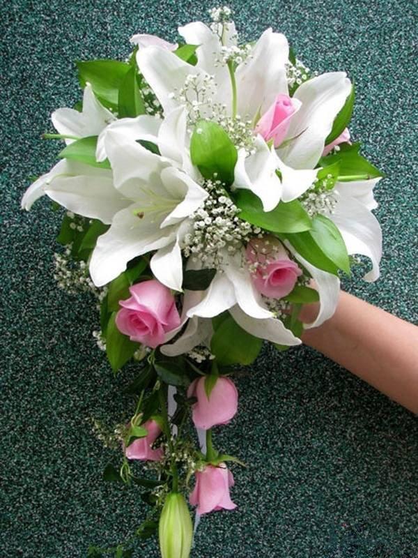 Свадебный букет из 13 роз и лилий, букет роз