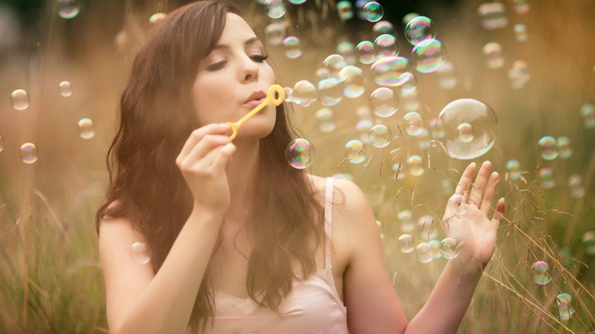 Картинки оптимистические, девушка с мыльными пузырями картинка