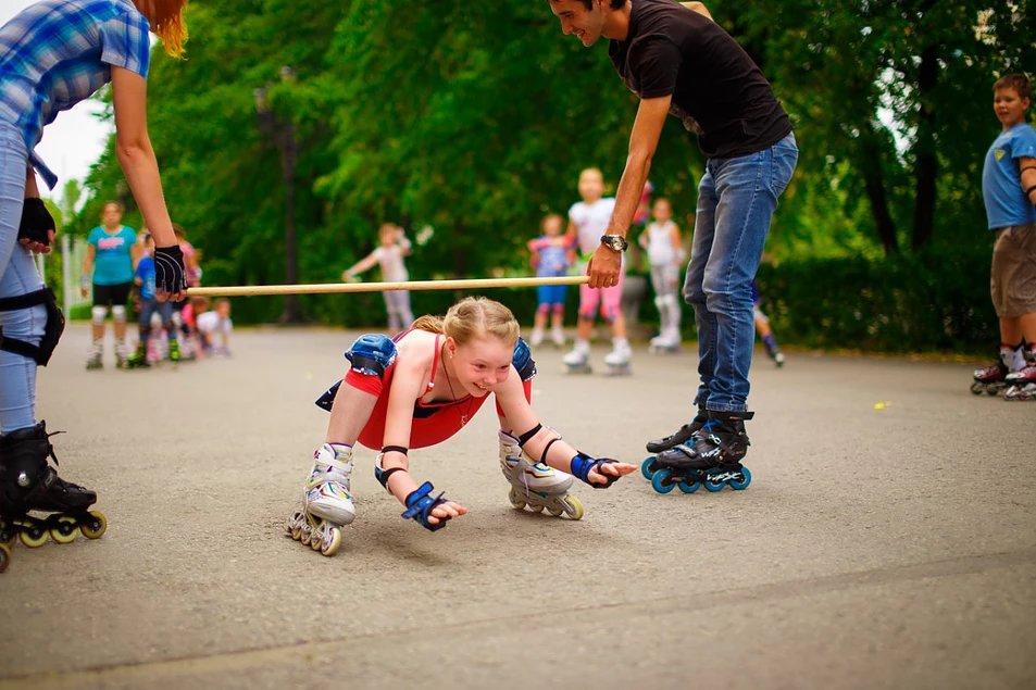 Как научить ребенка кататься на роликах.