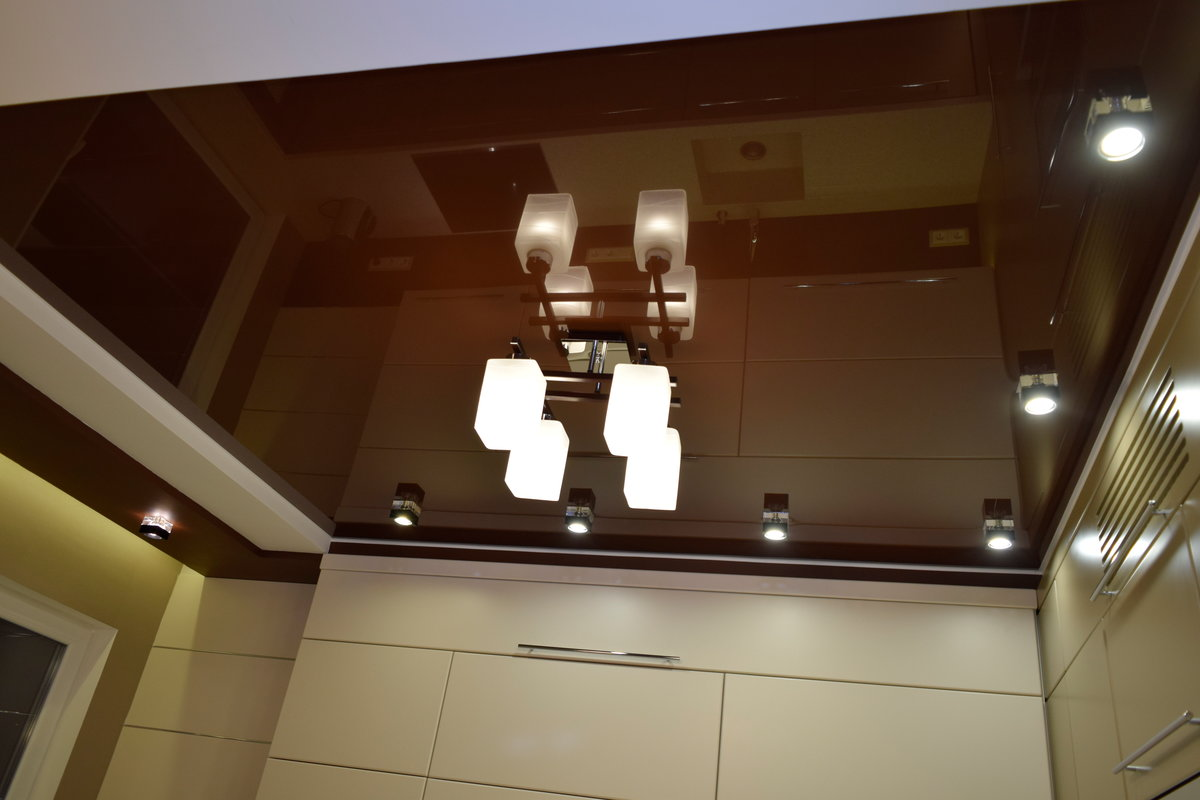 картинки коричневый натяжной потолок