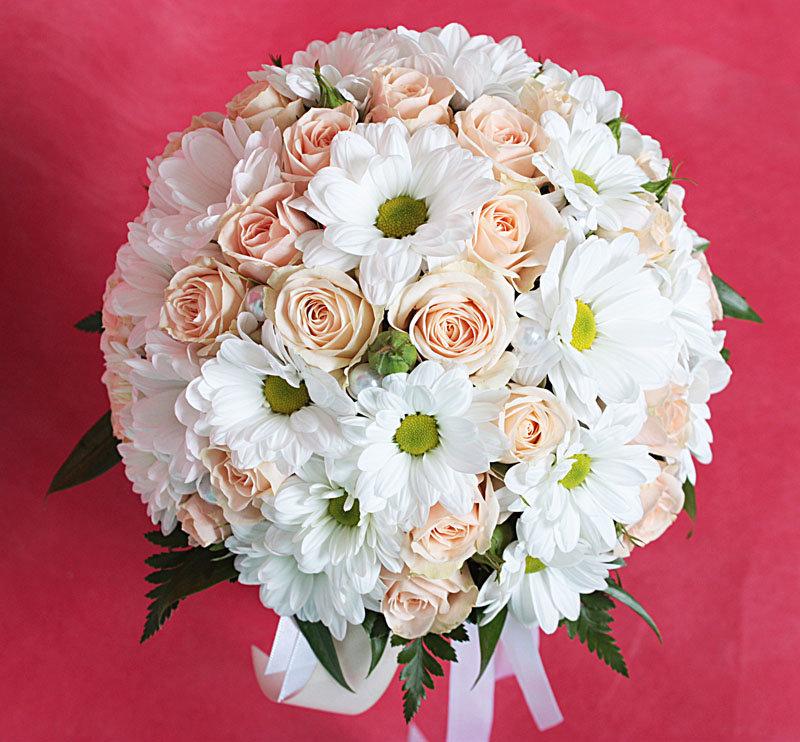 Форме небольшого, букет свадебный из роз и хризантем