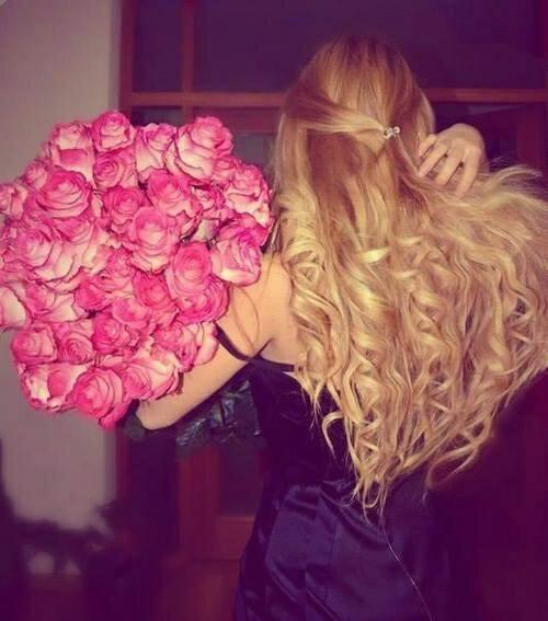 Картинки блондинка со спины и много цветов, открытки своими