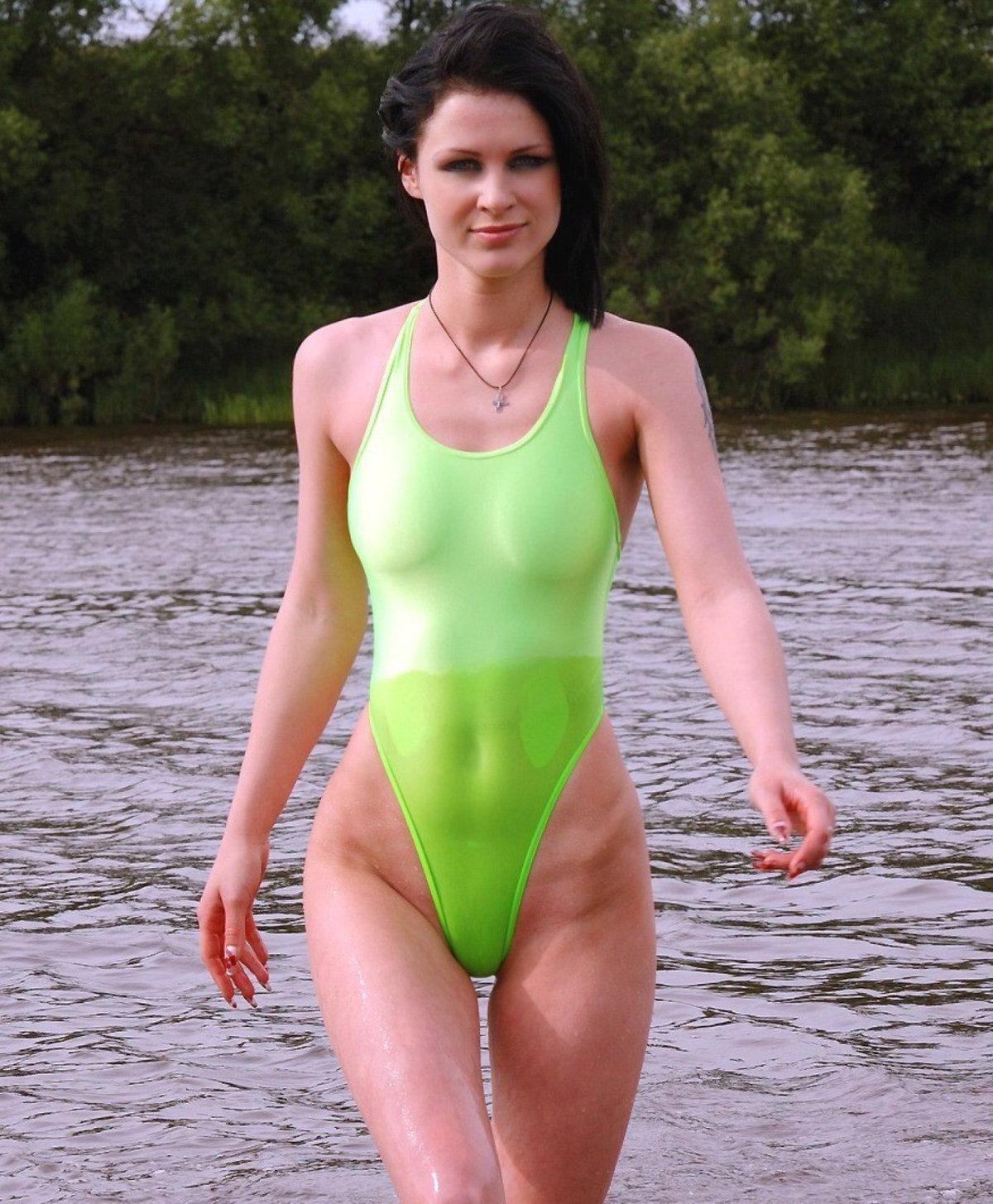 эротические фото в закрытых купальниках