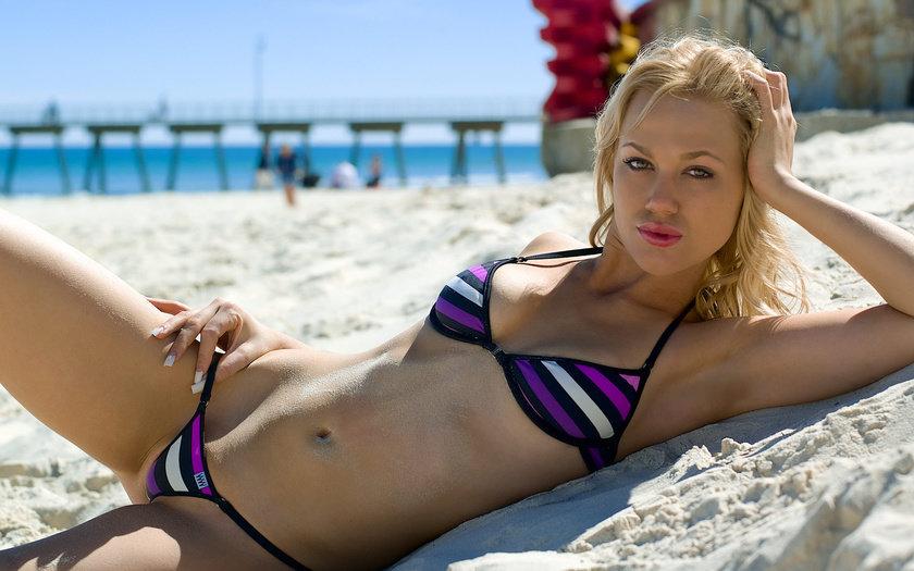 Раздвинув ножки в мини бикини фото на пляже