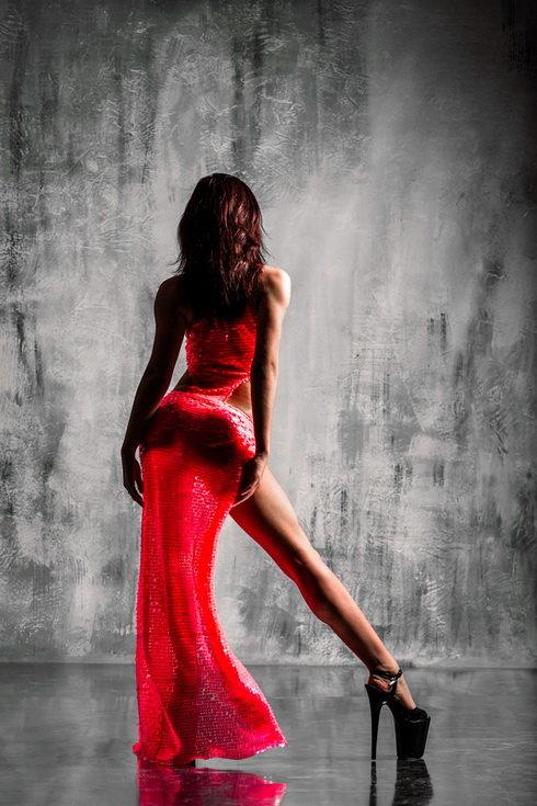 можно красное платье стриптиз уже брызгала