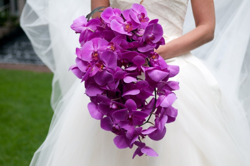 Красно белые, букет из орхидей на свадьбу фото