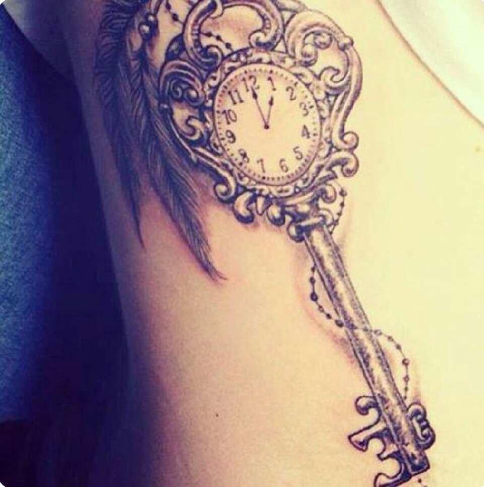 Для девушек тату часы в акварели могут стать отличным вариантом.