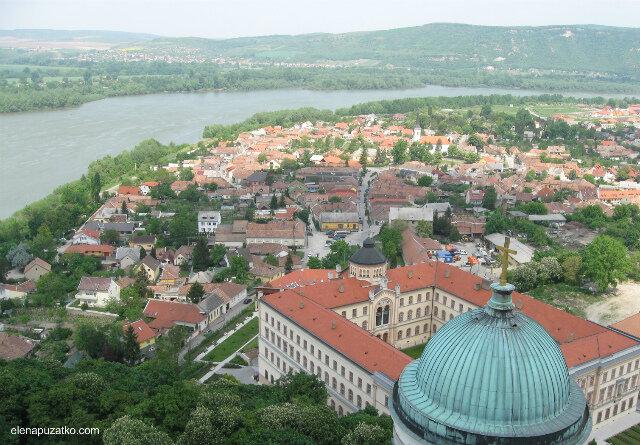 На противоположном берегу- Словакия, на этом у подножия  холма прибрежный старинный  район Эстергома Визиварош, что значит «водный город».
