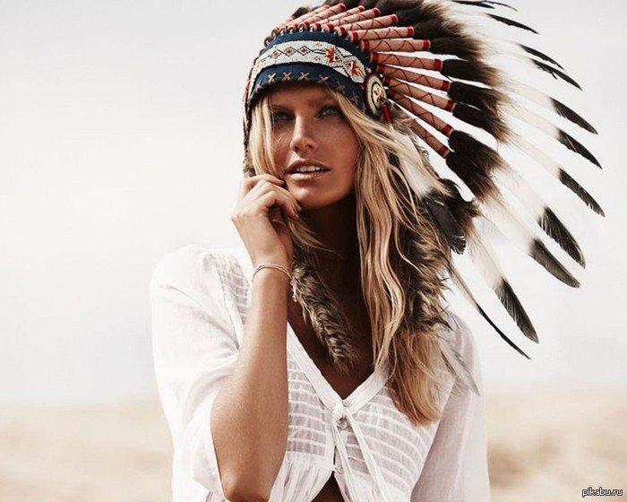 красивая девушка с роучем на голове