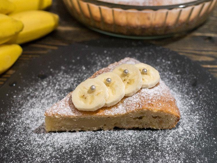 Банановый хлеб, кексы, маффины, печенье, пироги и шарлотки – вот краткий список выпечки с бананами.