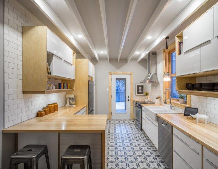 глянцевая белая кухня с деревянной столешницей подходит для