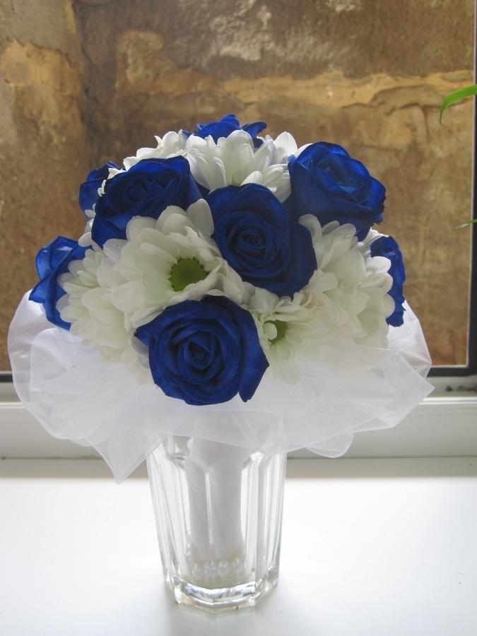 Свадебный букет из белых и алой роз с синих хризантем