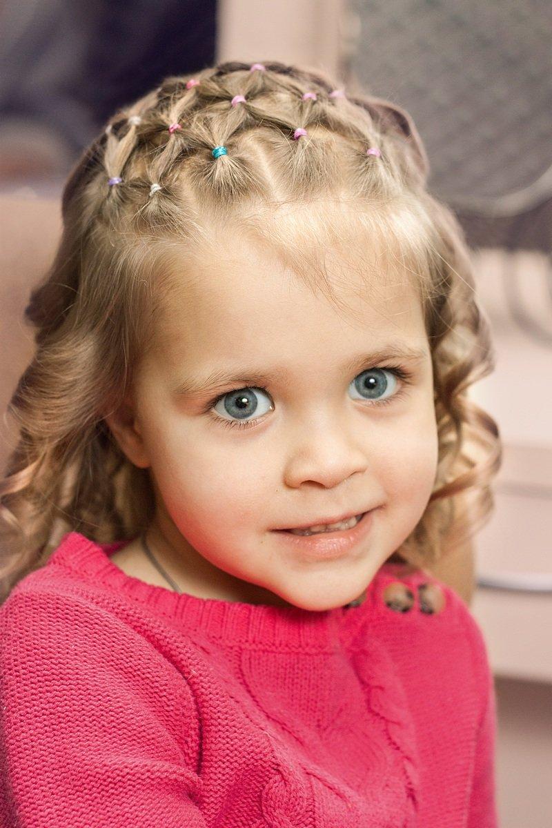 Достаточно просто ознакомиться с предложенными нами вариантами, запастись резиночками и приступать к созданию рукотворной красоты на головах своих малышек.