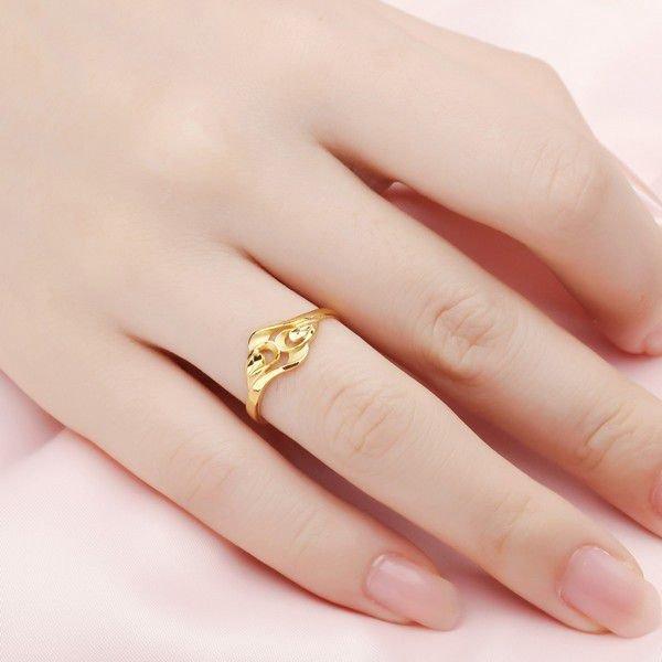 Картинки золотых колец на пальце шут