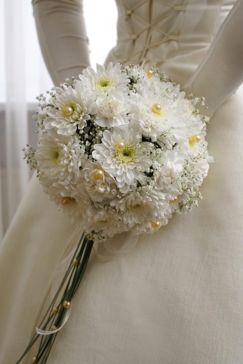 Хризантемы в букете невесты, букеты белых