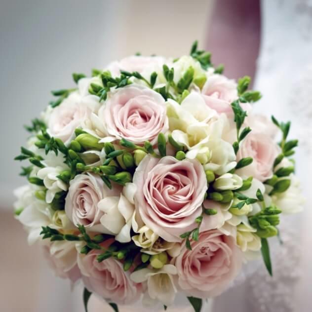 Свадебный букет из розовой фрезий и роз