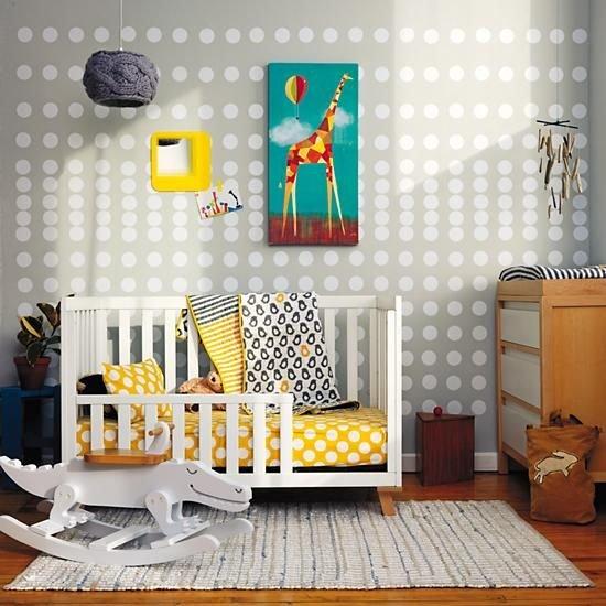 Обязательно оборудовать в детской комнате игровую зону, где ребенок мог бы находиться в период бодрствования. В общем, обустройство детской сводится к тому, что она должна быть просторной, хорошо освещенной и легко проветриваемой.