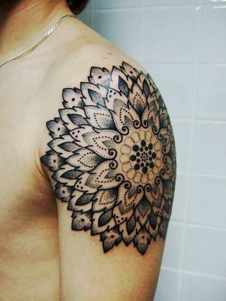 Значение тату мандала - смысл татуировки На этих фото можно увидеть, как красиво и необычно выглядят татуировки « Мандалы» с разными значениями и расположением.