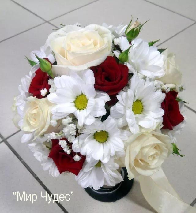 Букетами роз, красный букет невесты из роз и хризантем