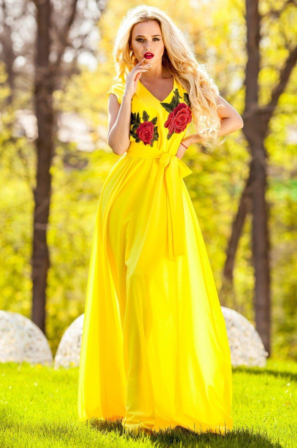 очень красивая девушка в желтом платье - 8