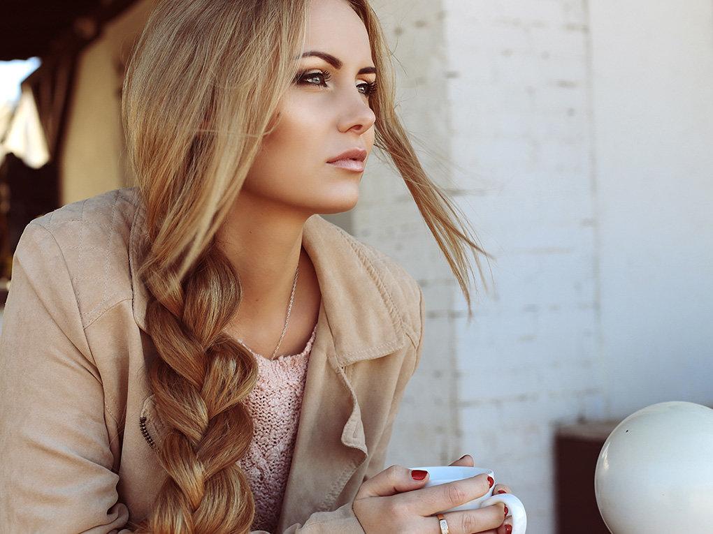 Фото блондинка с косой, смотреть красивые отвислые груди