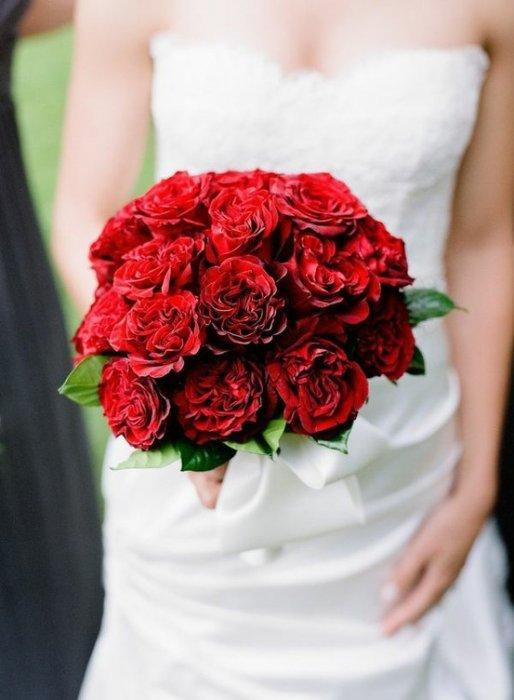 Яркий и страстный красный цвет может стать отличной палитрой для красочного свадебного торжества!