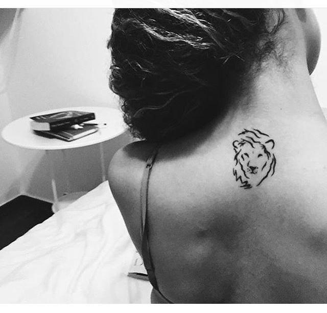 Тату лев на шее для девушек фото