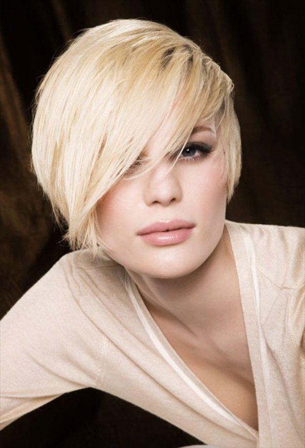 Ассиметричные стрижки для юных блондинок не выходят из моды в новом сезоне
