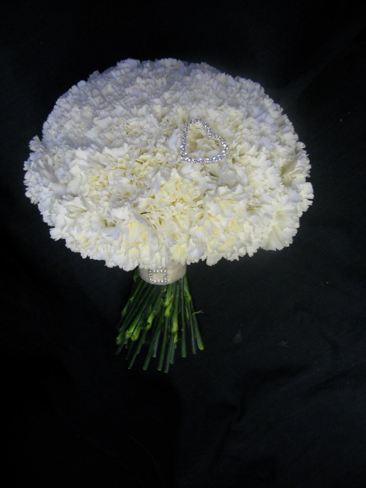 Красивые букеты из белых гвоздик, цветов сюрпризов