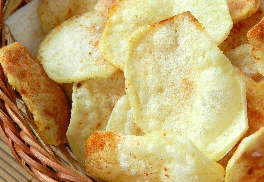 Толщина нарезанных ломтиков картофеля не должна превышать двух миллиметров.
