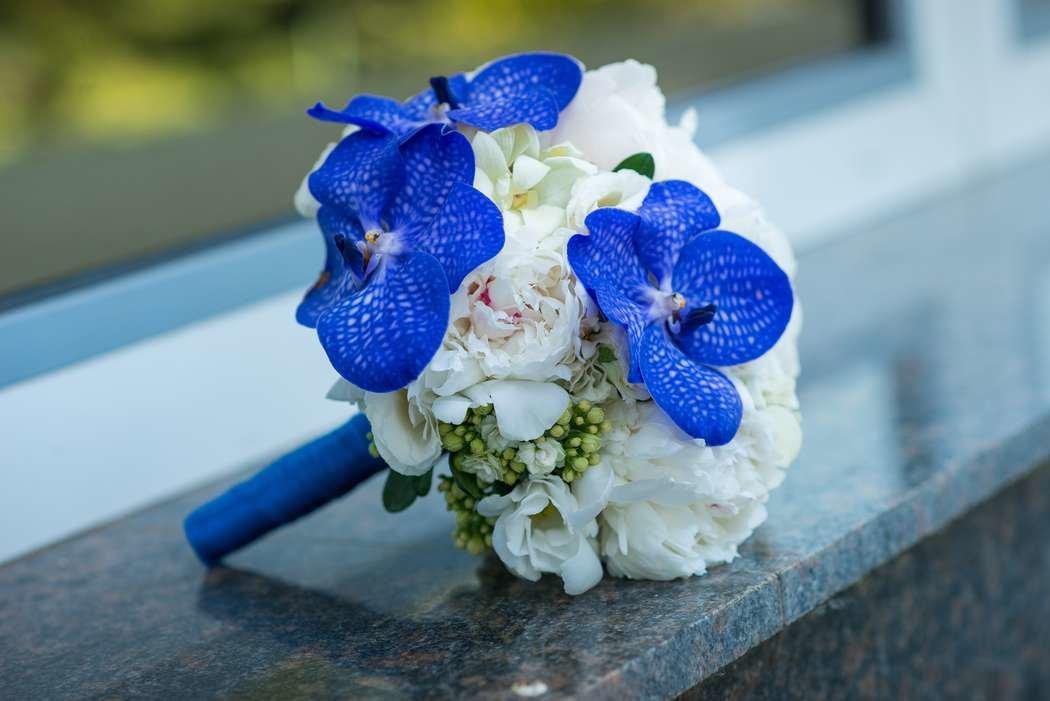 Букет невесты сине белый голубой, цветы