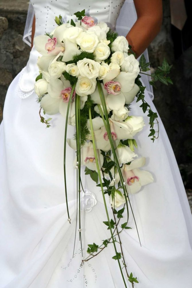 Свадебный букет невесты из роз и орхидей -каскадный