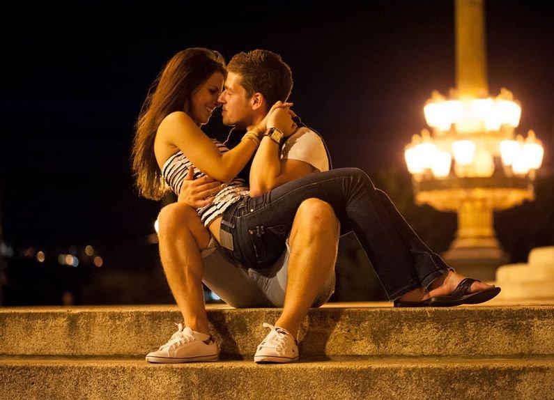 Картинки сидят целуются