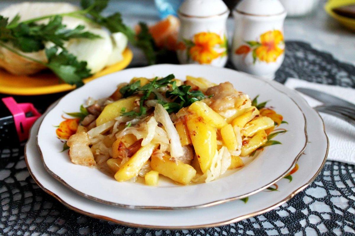 жареная капуста с картошкой на сковороде