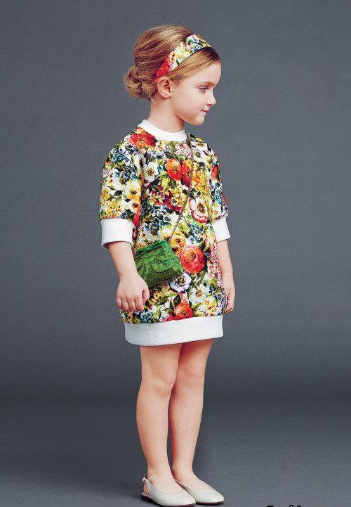 """Стильное """"цветочное"""" платье и соответствующее украшение на голову."""