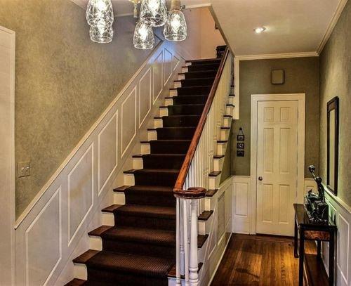 Как красиво выполнить отделку стены вдоль лестницы в доме.